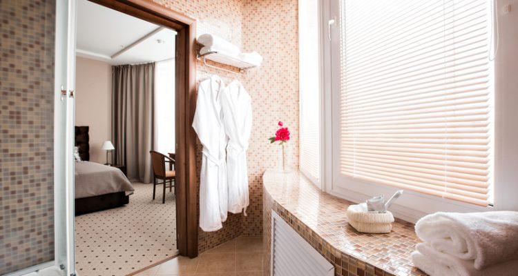 Vochtbestendige raamdecoraties voor je badkamer badkamer courant