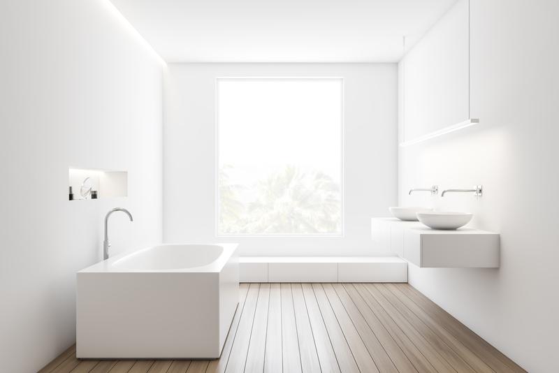 een houten vloer in de badkamer