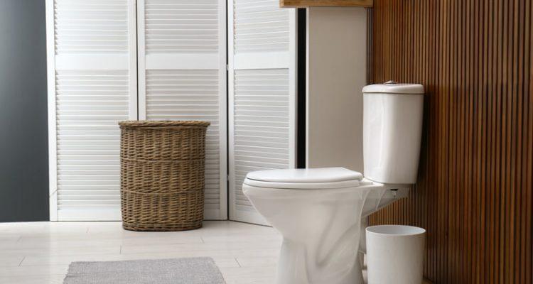 houten panelen in de badkamer